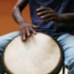 wie niet kan dansen denkt zegt: wat speelt die drummer slecht